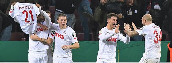Kölner Spieler jubeln mit Bittencourt-Trikot