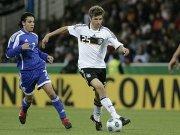 Thomas Müller gegen Guy Asulin (U21 Israel, li.)