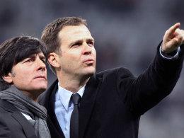 Der Blick richtet sich schon auf die WM 2014 in Brasilien: Bundestrainer Joachim Löw und Teammanager Oliver Bierhoff verlängern beim DFB.