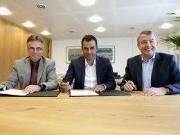 Robin Dutt unterschreibt seinen Vierjahresvertrag, neben ihm DFB-Generalsekretär Helmut Sandrock und Präsident Wolfgang Niersbach