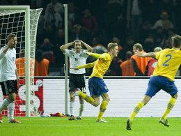 4:4! Rasmus Elm jubelt, Lukas Podolski und Philipp Lahm sind konsterniert.