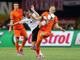Arjen Robben im Duell mit Lukas Podolski bei der EURO 2012