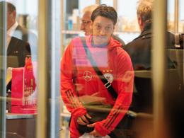 Mesut Özil beim Check-in am Flughafen.