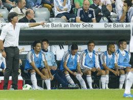Bundestrainer Joachim Löw, Mats Hummels auf der Bank