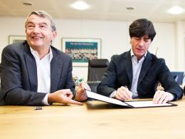 Autogramm: Bundestrainer Joachim Löw (re.) unterschriebt im Beisein von DFB-Präsident Wolfgang Niersbach den neuen Vertrag.
