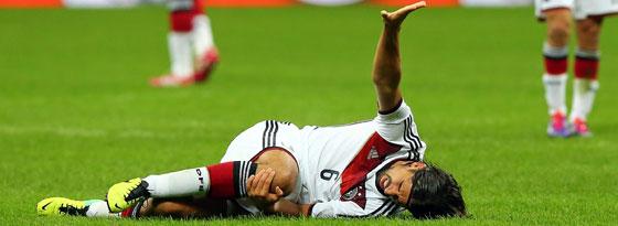 Bitteres Ende eines intensiven Spiels: Sami Khedira verletzte sich gegen Italien am Knie.