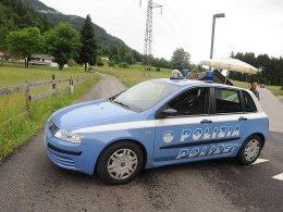Ein Polizeiauto sperrt den Zufahrtsweg zur Unfallstelle ab.