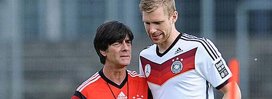 Bundestrainer Joachim Löw mit Per Mertesacker