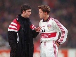 Stuttgart, 1997: Der Trainer Joachim Löw gibt dem Spieler Thomas Schneider taktische Anweisungen.