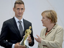 """Ausgezeichnet: Miroslav Klose erhielt den Integrationspreis """"Goldene Victoria""""."""