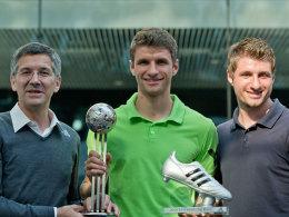 Ausgezeichnet: Adidas-Vorstandsvorsitzender Herbert Hainer mit Thomas Müller und dessen Bruder Simon.