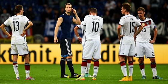 Fassungslosigkeit: Die DFB-Spieler um Torh�ter Manuel Neuer nach dem Schlusspfiff gegen Irland.