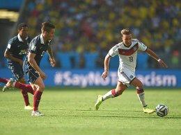 Revanche f�r das WM-Aus in Brasilien? Frankreich um Mathieu Debuchy jagt Weltmeister Deutschland mit Mario G�tze (re.).