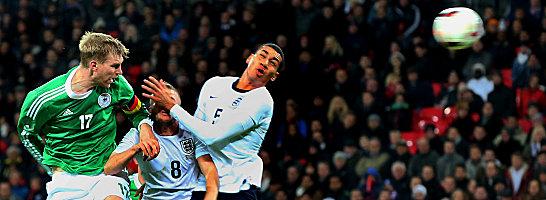 19. November 2013, Wembley: Per Mertesacker k�pft Deutschland zum 1:0-Sieg in England.