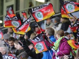 "Fans schwenken Fahnen des ""Fan Club Nationalmannschaft"""