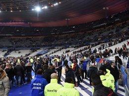 Schreckliche Nachrichten aus Paris überschatten das Länderspiel. Nach einer Panik nach dem Spiel sammeln sich die Zuschauer im Innenraum.