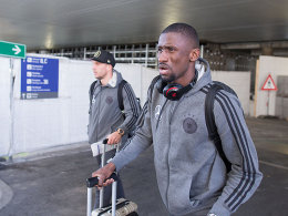 Antonio Rüdiger (re.) und Lukas Podolski nach der Ankunft in Frankfurt.