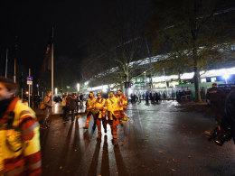 Rettungskräfte verlassen nach der Spielabsage die Arena in Hannover