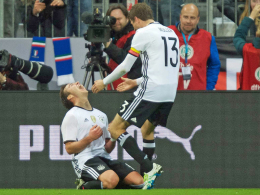 Eine Last fällt ab: Mario Götze jubelt über seinen Treffer, Vorbereiter Thomas Müller ist erster Gratulant.