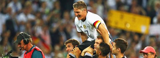 Auf den Schultern seiner Kollegen: DFB-Kapitän Bastian Schweinsteiger auf seiner Abschiedsrunde.