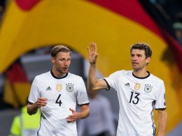 """Von """"Zuckerpässen"""" und fremden Schienbeinschonern: Benedikt Höwedes (#4) und Thomas Müller waren am Samstag zufrieden."""