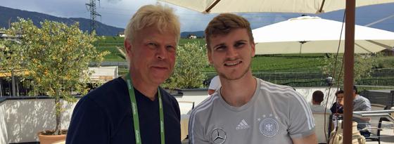 kicker-Chefreporter Oliver Hartmann zusammen mit Deutschlands Angreifer Timo Werner.