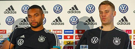 Jonathan Tah (links) und Manuel Neuer