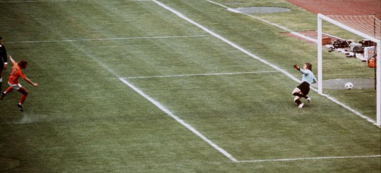 75.200 Zuschauer sind ins Münchner Olympiastadion gekommen. WM-Finale. Gleich in der ersten Minute gehen die Niederländer durch Neeskens trocken in die Mitte geschossenen Elfmeter in Führung.