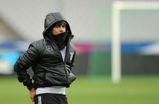 Bei nasskaltem Wetter beobachtete Trainer Joachim L�w im Stade de France in Paris seine Elf beim Abschlusstraining.