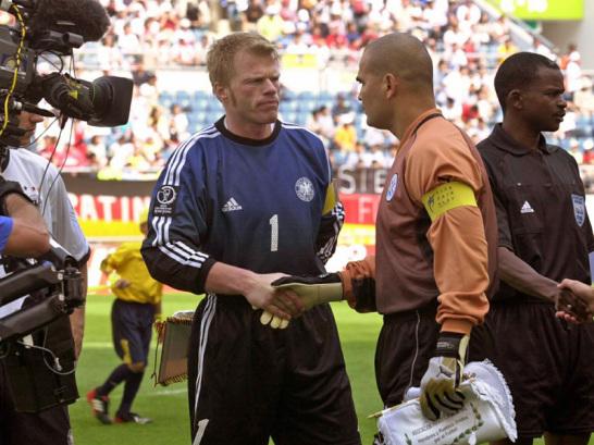 Die beiden Torhüter Jose Luis Chilavert (re., Paraguay) und Oliver Kahn (Deutschland) begrüßen sich vor dem WM-Achtelfinale 2002.