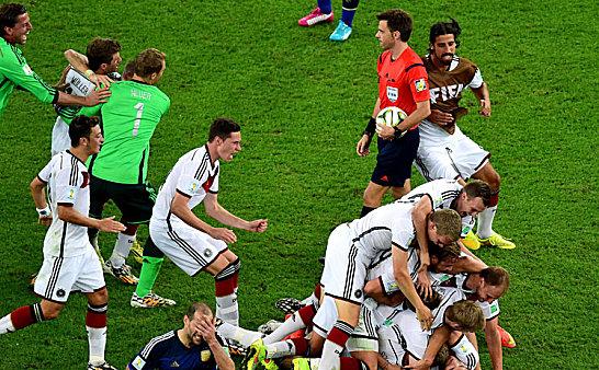 Direkt nach dem Schlusspfiff brechen bei der deutschen Mannschaft alle D�mme. Der Argentinier Zabaleta (vorne) m�chte am liebsten nicht hinsehen.
