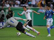 Özil umkurvt Hasagic, Spahic (re.) läuft hinterher.