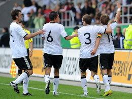 Lewis Holty bejubelt mit den Kollegen das 1:0