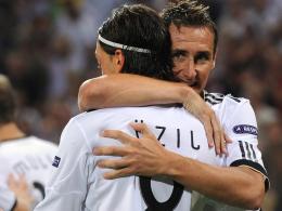Miro Klose umarmt Mesut Özil