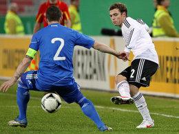 Jantschke (re.) schiebt den Ball Skondras durch die Beine