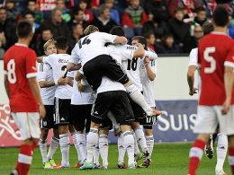 Jubel bei der deutschen Mannschaft: Das EM-Ticket ist durch einen überzeugenden Sieg in der Schweiz gelöst.