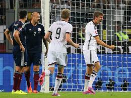 Müller bejubelt seinen Treffer zum 2:1 - Schürrle eilt zum Gratulieren herbei.