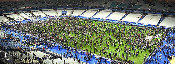 Nach dem Spiel strömten Zuschauer in den Innenraum des Stadions.
