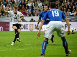 Das Führungstor: Toni Kroos schließt mit dem Innenrist ab - und trifft ins untere Eck.