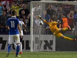 Englands Keeper Jack Butland fliegt bei Lorenzo Insignes Freistoß umsonst