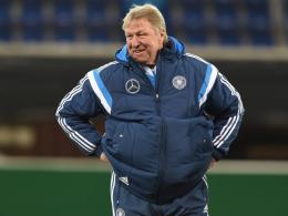 Generalprobe mit der U21 in England: Trainer Horst Hrubesch.