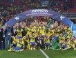 Der erste Titel f�r Schwedens Fu�baller: die U 21 feiert den EM-Titel in Prag.