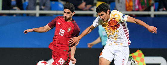Auch im Sprint immer am Mann: Innenverteidiger Jesus Vallejo (r., gegen Portugals Goncalo Guedes).