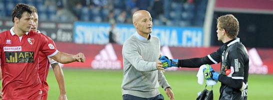 Sions Trainer Peter Zeidler klatscht seinen Torwart Anton Mitryushkin ab.