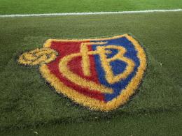 Groteske Gala beim FC Basel: Spieler essen, Spielerinnen arbeiten