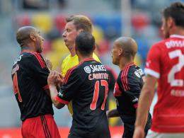 Angriff: Benficas Luisao (li.) checkt Schiedsrichter Christian Fischer.