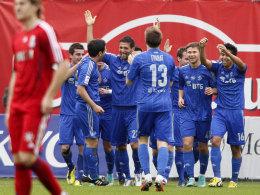 Im Zentrum des Jubels: Kevin Kuranyi (Mi.) als gefeierter Mann von Dynamo Moskau.