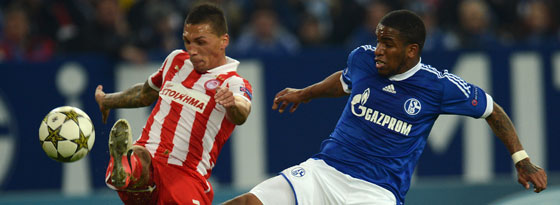 Bis 2016 in Piräus: José Holebas (li.), hier gegen Schalkes Farfan, sieht seine Zukunft in Griechenland.