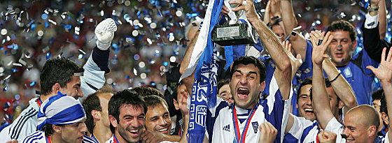 Moment des großen Triumphs 2004: Traianos Dellas stemmt den EM-Pokal in die Höhe.
