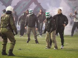 Unschöne Szenen: Beim Spiel zwischen Panathinaikos Athen und Olympiakos Piräus stürmten Fans das Spielfeld.